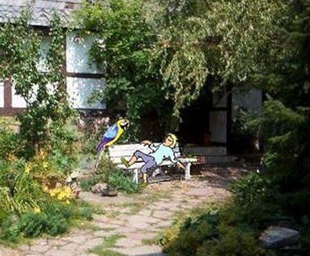 32 Gartenbank2 mit Lumpi und Papagei